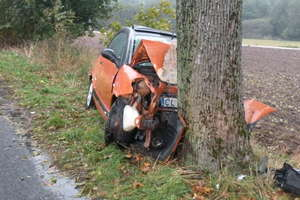 Poszkodowani w szpitalu, auta rozbite po uderzeniu w drzewa
