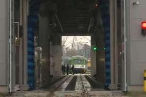 Koniec z brudnymi pociągami. Koleje Mazowieckie otworzyły najnowocześniejszą w Polsce myjnię taboru kolejowego