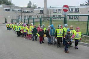 Bezpieczny przedszkolak w kamizelce na spacerze