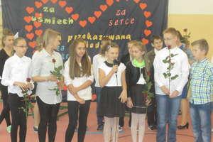Dzień Edukacji Narodowej w Pakoszach. Uczniowie obdarowali kwiatami nauczycieli