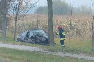 """Wypadek na """"siódemce"""" w Kazimierzowie. Zjechał z drogi, uderzył w drzewo"""