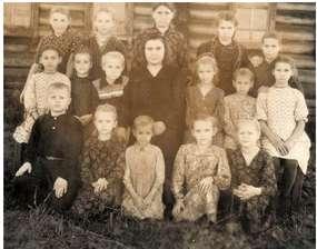 Pani Janina jako uczennica piątej klasy (w środku po lewej od nauczycielki) na Syberii