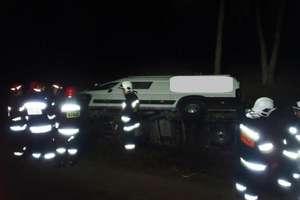Zderzyły się dwa pojazdy. Jeden z nich wpadł do przydrożnego rowu