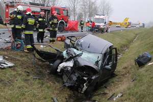 Śmiertelny wypadek na DK16 pod Olsztynem. Czołowo zderzyły się dwie osobówki, z caddy wypadł silnik
