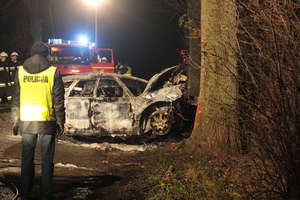 Dwie osoby spłonęły w subaru, które uderzyło w przydrożne drzewo