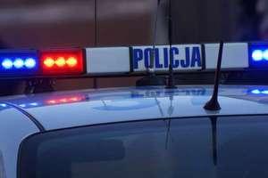 Pijany i niemający prawa jazdy 23-latek uderzył autem w drzewo
