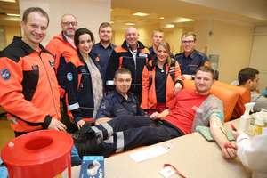Żeby pomóc, ratownicy medyczni stanęli po drugiej stronie igły