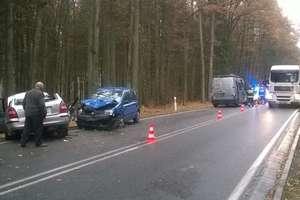 Mazda zderzyła się z fiatem na DK 51. Dwie osoby ranne