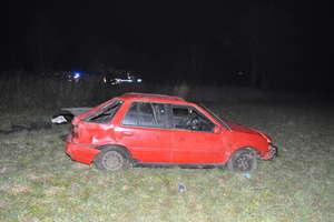 Był pijany, ma zakaz prowadzenia pojazdów i spowodował wypadek.  Teraz trzeźwieje w komendzie policji