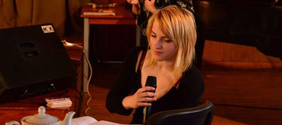 Dorota Dea Styborska podczas prezentacji własnych wierszy