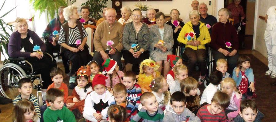 Dzieci z przedszkola nr 2 zagrały w jesiennym przedstawieniu m.in. w DPS w Bartoszycach.