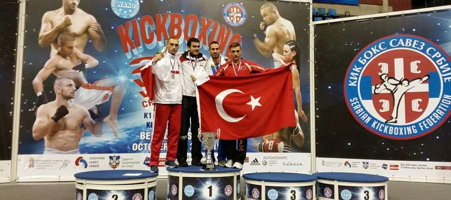Wojtek Wiśniewski (z lewej) z konkurentami na podium