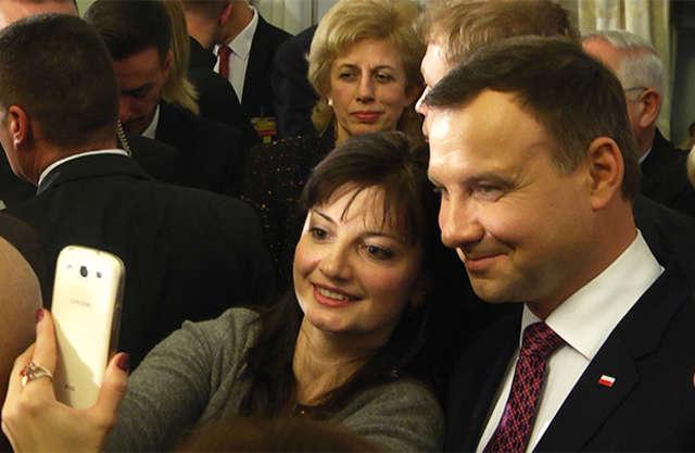 Prezydent Andrzej Duda spotkał się z Polakami na Ukrainie - full image