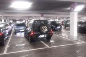 Mistrzów parkowania w Olsztynie nie brakuje... nawet na parkingach w centrach handlowych