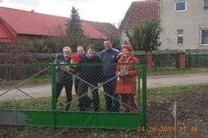 Mieszkańcy odnowili ogrodzenie wokół świetlicy we Wronkach
