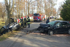 Cztery osoby ranne w zderzeniu audi z fordem w Bezledach. Ranną kobietę zabrał śmigłowiec LPR