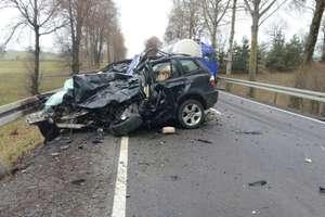 Tragiczny wypadek na DK 65. 52-latka wjechała bmw w cysternę. Zginęła na miejscu