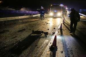 Wypadek na S7. Samochód osobowy uderzył w ciężarówkę i wpadł na bariery