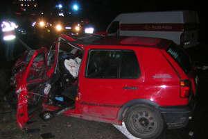 Czołowe zderzenie busa z osobowym volkswagenem na
