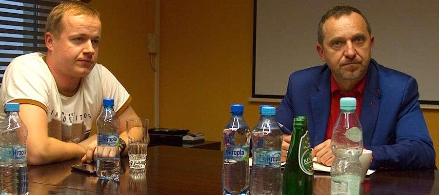 Marek Wiśniewski (z prawej) i prezes Kamil Gorczyca zapraszają na mecz z liderem Ekstraklasy
