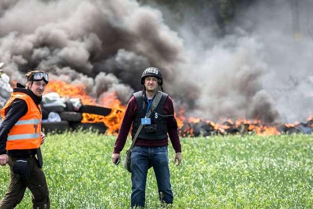 Polski dziennikarz Piotr Andrusieczko na linii frontu - full image