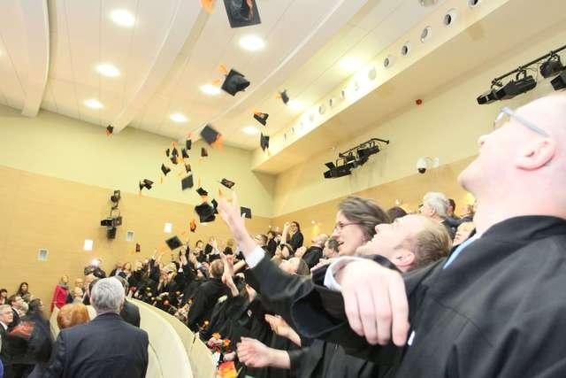 Absolwenci olsztyńskiej medycyny odebrali dyplomy - full image