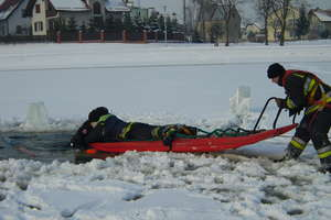 Pokaz ratownictwa na lodzie jeziorka