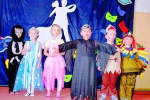 Bal karnawałowy w podstawówce. W szkole pojawiły się księżniczki, wróżki oraz rycerze