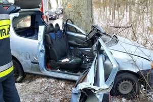 Uderzył fiatem w drzewo. W ciężkim stanie trafił do szpitala