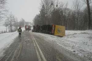 Wypadki i kolizje po ataku zimy. Policjanci apelują o dostosowanie prędkości do warunków na drodze