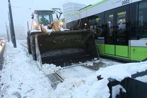 Atak zimy: trudne warunki na drogach, mieszkańcy bez prądu