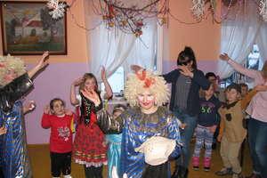 W karnawale dzieci z Dąbrowy bawią się wspaniale