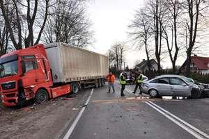 Opel vectra zderzył się z ciężarówką. Trzy osoby w szpitalu