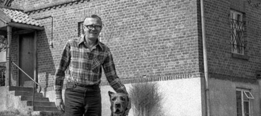 Zbigniew Nienacki na tle swojego domu w Jerzwałdzie