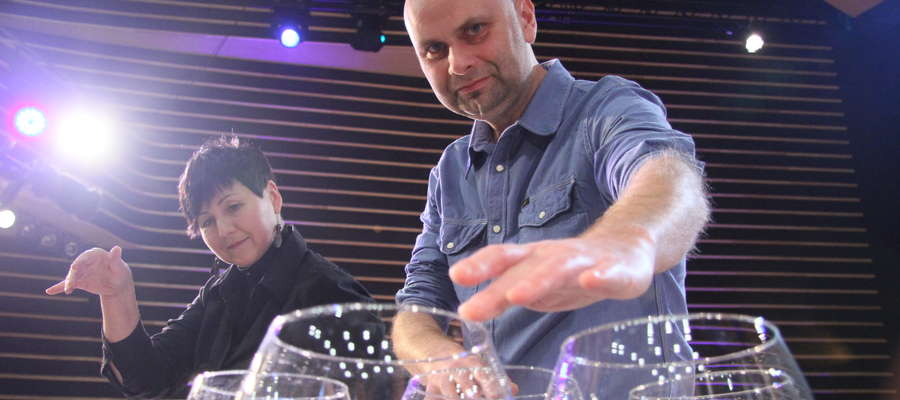 """Glass Duo tworzą Anna i Arkadiusz Szafrańcowie. Są jedynym polskim zespołem grającym """"szklaną"""" muzykę. O tym, że się tym zajęli, zdecydował... złodziej, który skradł im skrzypce i trąbkę."""