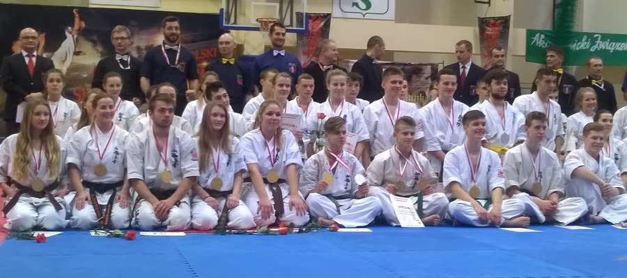 Medaliści z Wrocławia. Wśród nich Karolina Daszkiewicz (siedzi pierwsza z lewej) oraz Sebastian Archacki (siedzi drugi z prawej) — zawodnicy Bartoszyckiego Klubu Kyokushin Karate