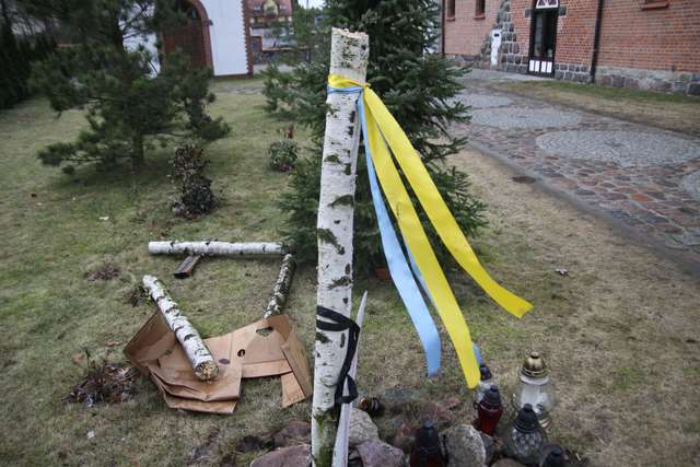 Zniszczony krzyż upamiętniający ofiary Majdanu, który stał pod cerkwią greckokatolicką św. Andrzeja Apostoła w Bartoszycach - full image