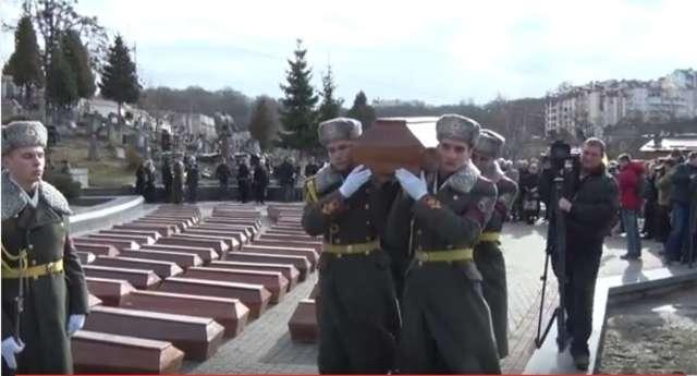 Na cmenatarzu Łyczakowskim pochowano ofiary NKWD - full image