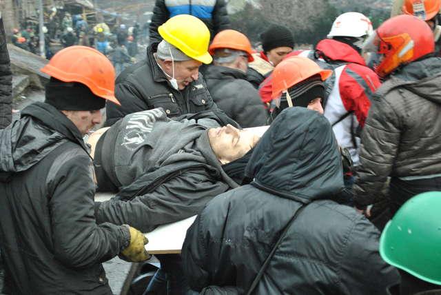 Towarzysze niosą ciało studenta Ihora Kostenka (Kijów, 20.02.2014) - full image