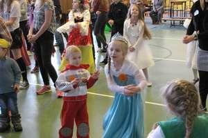 Karnawałowy bal przebierańców w szkole