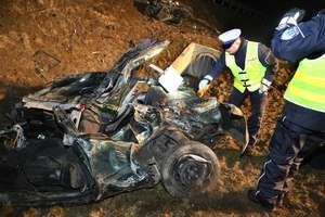 Tragiczny wypadek w Olsztynku. Auto rozpadło się na dwie części. 23-letni kierowca zginął na miejscu, pasażer w ciężkim stanie