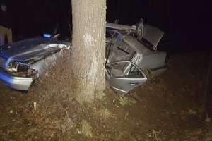 Cztery osoby ranne w wypadku mercedesa. 19-letni kierowca uderzył w drzewo