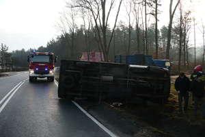 Dostawcze daewoo wpadło w poślizg i przewróciło się na drodze