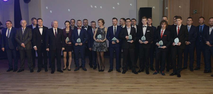"""Laureaci i nagradzający 20. Plebiscytu """"Gazety Ostródzkiej"""" na 10 Najpopularniejszych Sportowców Ostródy 2015"""