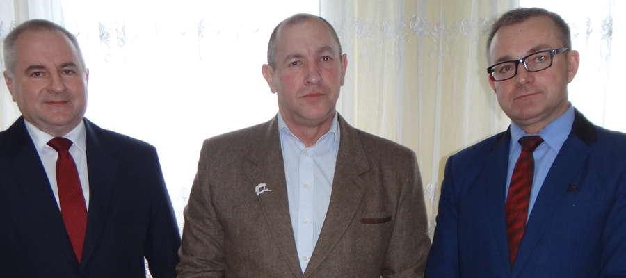 Po wręczeniu odznaki — Ryszard Wiśniewski (w środku) wraz z wójtem Wojciechem Dereszewskim (z prawej) i przewodniczącym rady Zbigniewem Lewickim