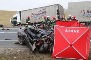 Śmiertelny wypadek na DK 16 pod Olsztynem. Honda czołowo zderzyła się z TIR-em [FILM]