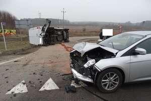 Zderzenie na DK 16. Fordem przewróciła dostawczego mercedesa