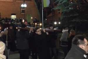 Tłumy przeszły Drogę Krzyżową ulicami Starego Miasta w Olsztynie [FILM]