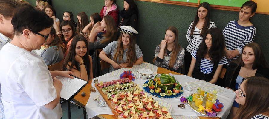 Jurorki oceniają marynarską kolekcję wiosennych kanapek