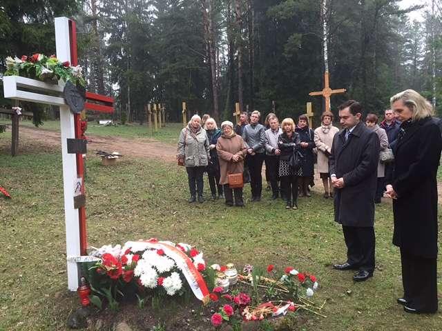 Anna Maria Anders uczciła w Kuropatach pamięć ofiar represji stalinowskich  - full image